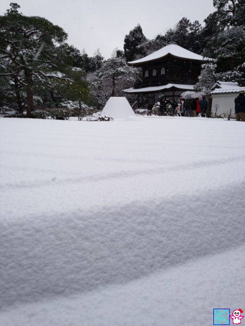 雪の銀閣寺。